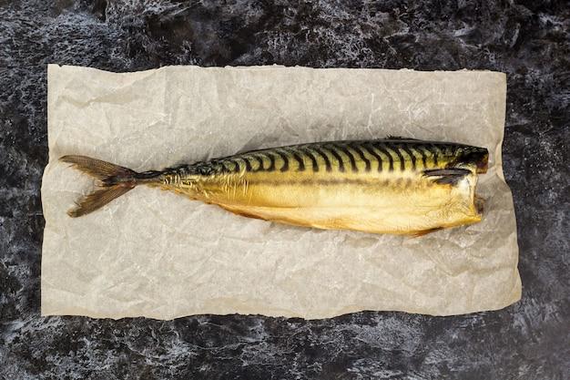 Wędzona makrela bez głowy na papierze do pieczenia