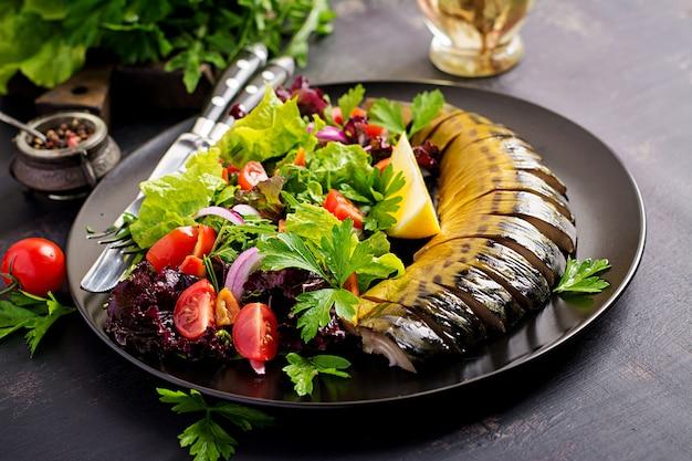 Wędzona makrela i świeża sałatka