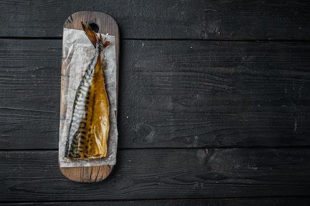 Wędzona makrela rybna na czarnym drewnianym stole