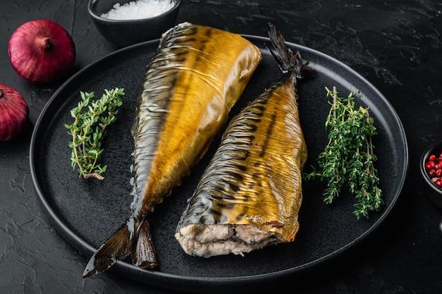 Wędzona makrela rybna, na czarnym tle