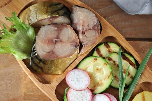 Wędzona makrela, smażona cukinia na drewnianym rustykalnym