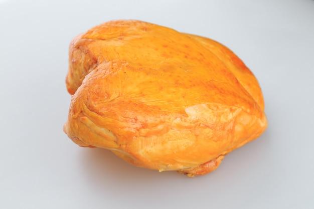 Wędzona pierś z kurczaka na białym tle