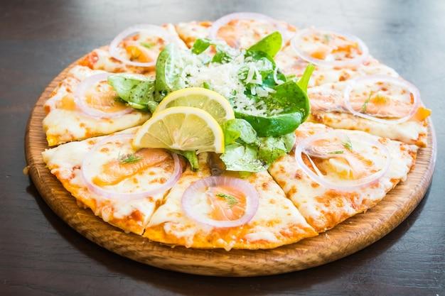 Wędzona pizza z łososiem