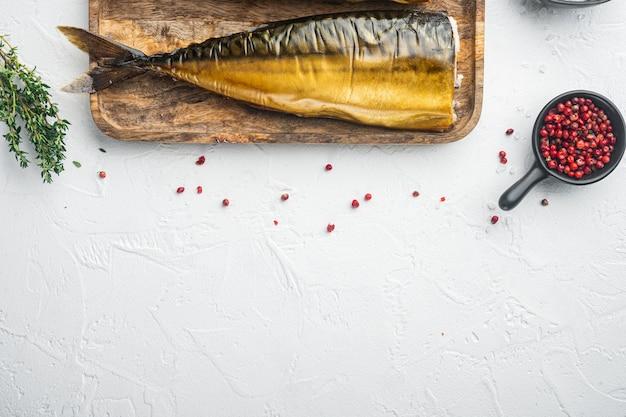 Wędzona ryba makrela, na białym tle, widok z góry płasko leżał z miejscem na kopię tekstu