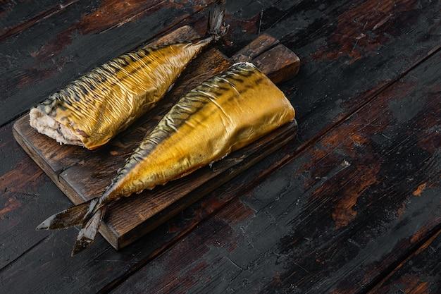 Wędzona ryba makrela, na starym ciemnym drewnianym stole
