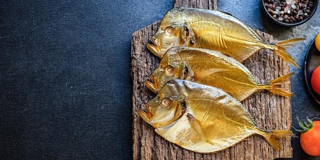 Wędzona ryba vomer solona przekąska z owoców morza