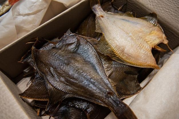 Wędzona ryba w pudełku z papieru kraftowego