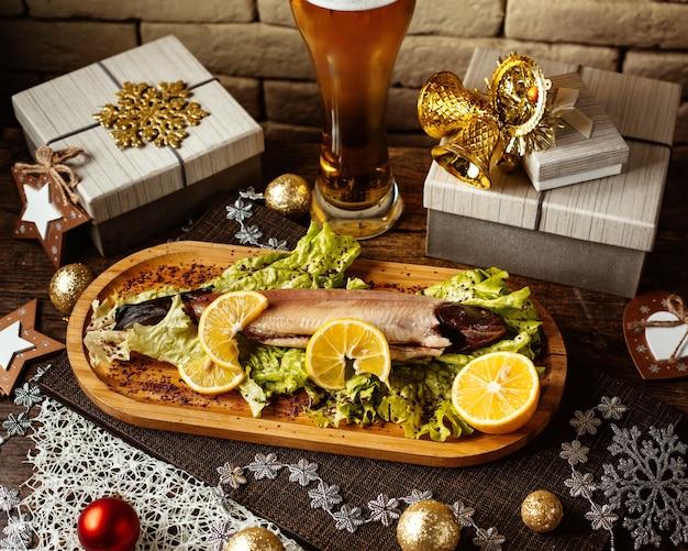 Wędzona ryba z cytryną i ziołami i bocznym piwem