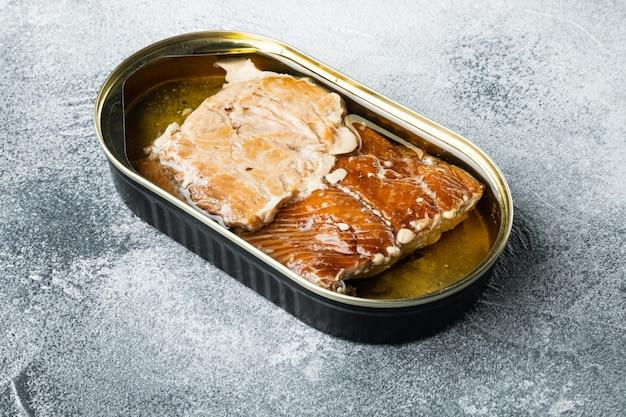 Wędzone filety z łososia konserwy rybne w puszce na szaro