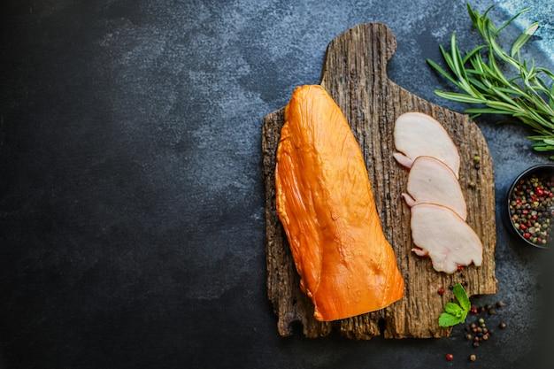 Wędzone mięso z piersi kurczaka lub indyka