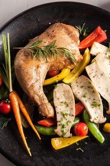Wędzony kurczak z sałatkami ekologicznymi