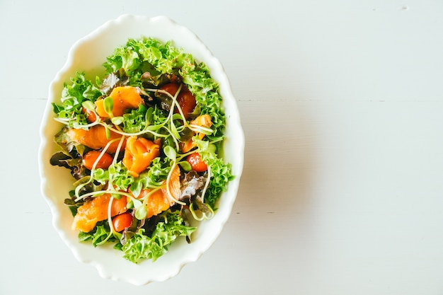 Wędzony łosoś z sałatką warzywną