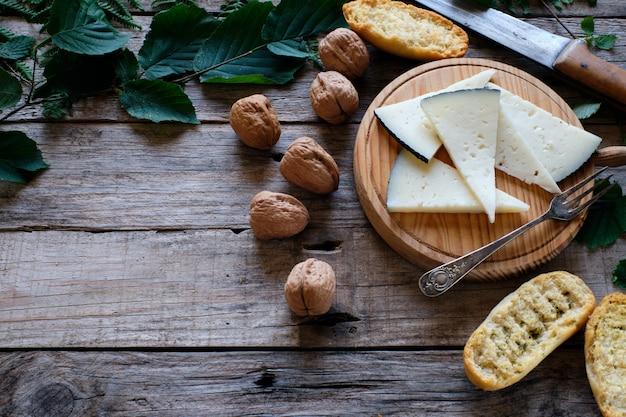 Wędzony ser na rustykalnym stole