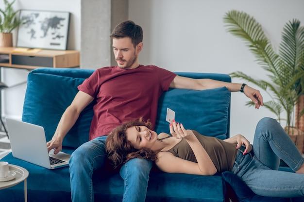 Weekend. para spędzająca czas w domu i planująca zakupy online