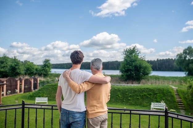 Weekend razem. tata i syn spędzają weekend na wsi i wyglądają na szczęśliwych