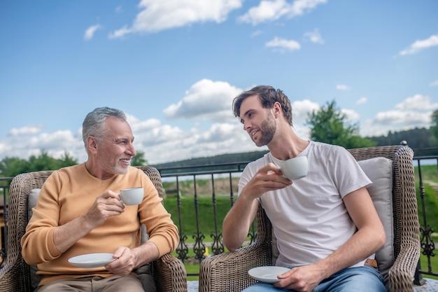 Weekend. tata i syn spędzają weekend na wsi i wyglądają na spokojne?
