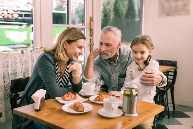 Weekendy z dziadkami. śliczna piękna wnuczka spędzająca weekendy z kochającymi, troskliwymi dziadkami
