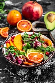 Wegańska, detoksykująca miska buddy z owocami i warzywami. zdrowe, zbilansowane odżywianie. obraz pionowy.