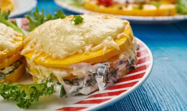 Wegańska lasagne z dyni piżmowej, ser z orzechów nerkowca, pesto z jarmużu.