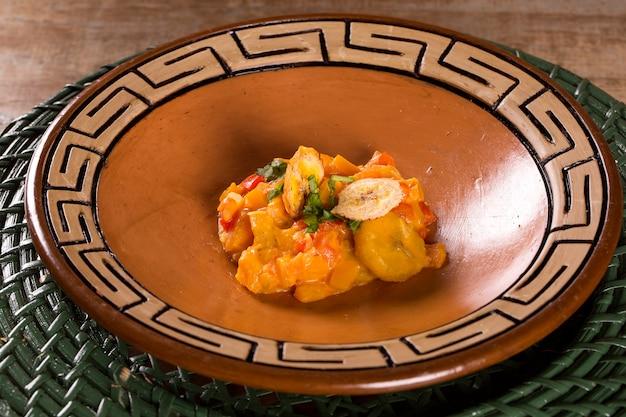 Wegańska moqueca wykonana z mielonego banana