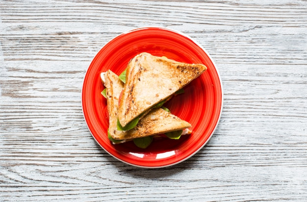 Wegańska pełnoziarnista kanapka z różnymi składnikami dla zdrowego posiłku,