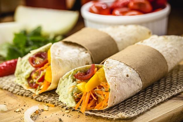 Wegańska tortilla wrap, bułka z grillowanymi warzywami, wegetariańskie jedzenie na płaskim pieczywie