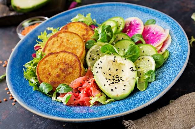 Wegański budda miska obiad tabeli żywności. zdrowe jedzenie. zdrowa wegańska miska na lunch. placek z soczewicą i rzodkiewką, sałatka z awokado