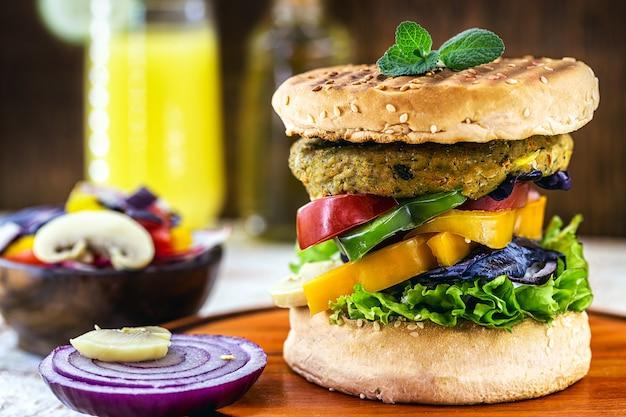 Wegański burger, bezmięsna kanapka warzywna, wegańskie jedzenie z warzywami