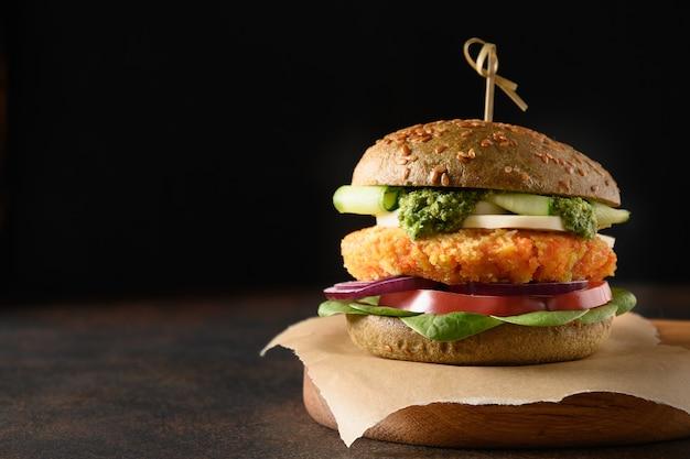 Wegański burger bułki spirulina warzywa marchew klopsiki