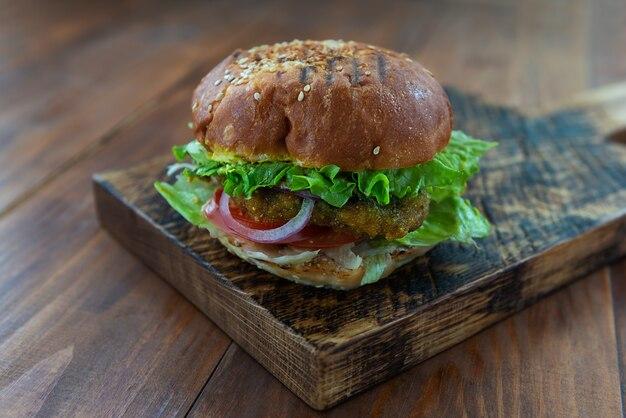 Wegański burger na drewnianej desce