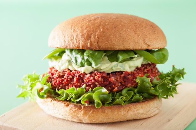 Wegański burger z buraków i komosy ryżowej z sosem z awokado