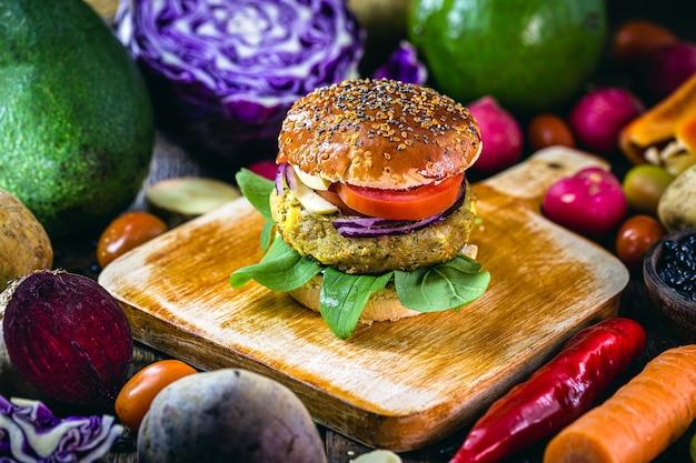 Wegański burger z mięsem sojowym z warzywami dookoła