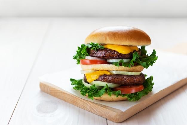 Wegański cheeseburger na drewnianej desce