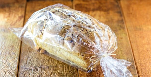 Wegański chleb wyrabiany z ziaren zapakowany w torebkę foliową, na sprzedaż wyrób ręcznie robiony