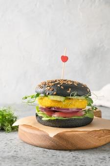 Wegański czarny burger z warzyw kapustą i pulpetami z marchwi jako mięso roślinne