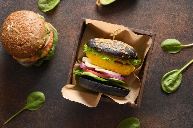 Wegański czarny burger z warzywami i marchewkowym klopsikiem