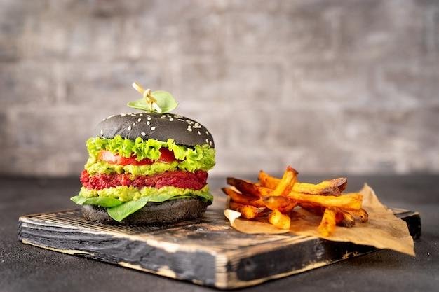 Wegański czarny burger ze smażonymi słodkimi ziemniakami