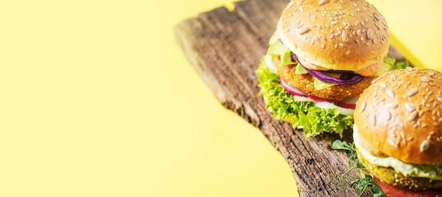 Wegański domowy burger z bezglutenową bułką i kotletem na bazie warzyw