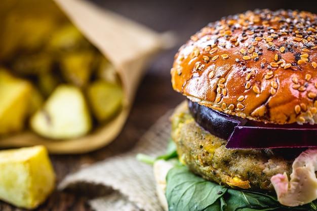 Wegański hamburger, bezmięsne, wegetariańska kanapka z rustykalnymi ziemniakami, zdrowe wegańskie jedzenie