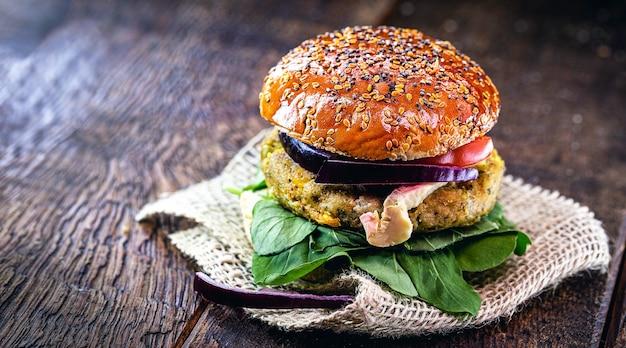 Wegański hamburger, z hamburgerem na bazie soi, roślin i białka. kanapka wegetariańska, domowej roboty