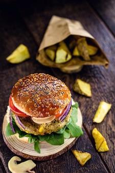 Wegański hamburger, z hamburgerem na bazie soi, roślin i białka