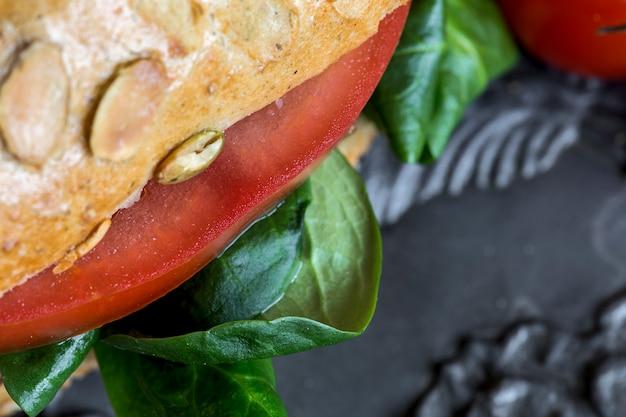 Wegańskie burger ze świeżymi warzywami