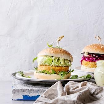 Wegańskie burgery z awokado, burakami i sosem