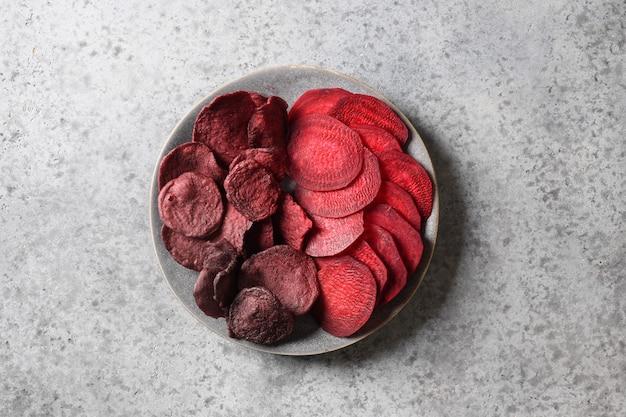 Wegańskie chipsy z buraków warzywnych w szarej misce
