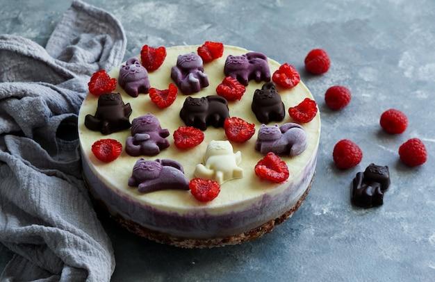 Wegańskie ciasta dla dzieci, z owocami i jagodami, ozdobione czekoladowymi kotami