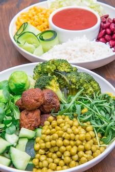 Wegańskie danie z ryżem, warzywami i klopsikami sojowymi