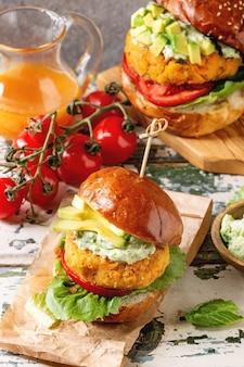 Wegańskie hamburgery z marchewką