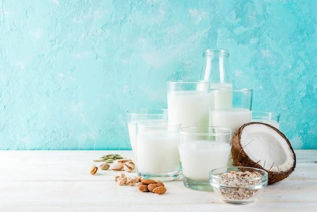 Wegańskie jedzenie alternatywne, zestaw różnych niemlecznych produktów mlecznych - ryżu, kokosa, migdałów, pistacji, sezamu, pestek dyni, soi, orzechów, płatków owsianych