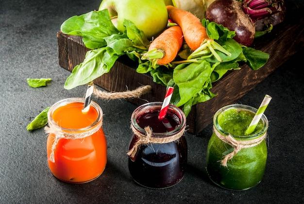 Wegańskie jedzenie dietetyczne. napoje detox. świeżo wyciskane soki i koktajle warzywne: buraki, marchew, szpinak, ogórek, jabłko.