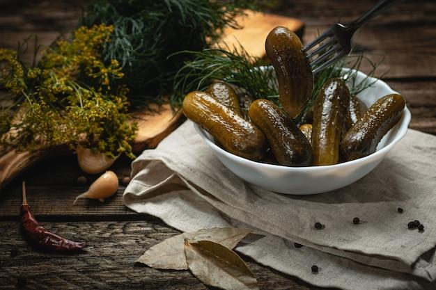 Wegańskie jedzenie - kiszone ogórki na drewnianej powierzchni